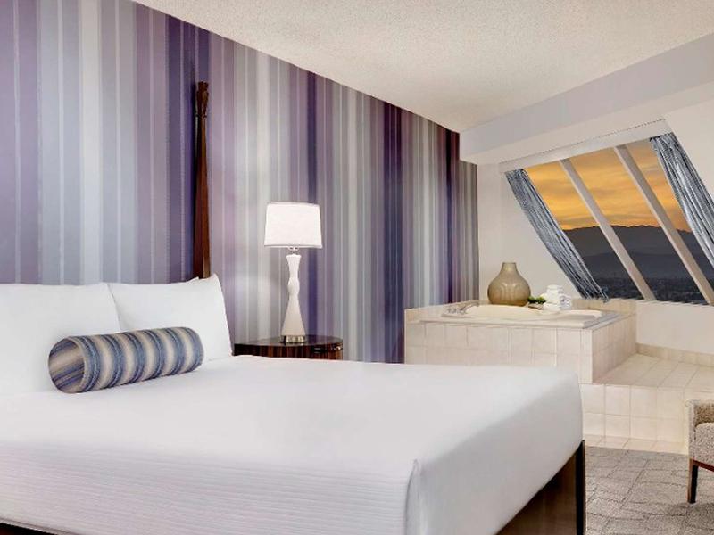 Pyramid Premium Corner King Suite